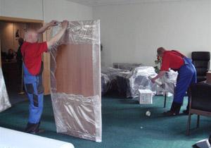 Правильная упаковка мебели грузчиком перед транспортировкой